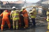 Gara-gara arus pendek mesin mobil, tiga bangunan terbakar