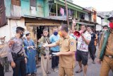 Wagub beri bantuan sembako dan masker bagi warga korban kebakaran