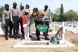 Kapolda Papua tabur bunga di TMP Waena sambut Hari Bhayangkara