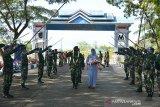 Pejabat baru Komandan Pangkalan Udara Sultan Iskandar Muda (SIM), Aceh, Kolonel Pnb Satriyo Utomo bersama istri, Reni Satrio Utomo disambut dengan tradisi Pedang Pora saat tiba di Lanud Blang Bintang, Kabupaten Aceh Besar, Senin (29/6/2020). Kegiatan pisah sambut dari pejabat baru Danlanud SIM, Kolonel Pnb Satriyo Utomo menggantikan pejabat lama Kolonel Pnb Hendro Arief itu berlangsung secara sederhana dengan tetap menerapkan protokol kesehatan. Antara Aceh/Ampelsa.