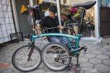 Karyawan memasang rangka (frameset) sepeda lipat Kreuz di Bandung, Jawa Barat, Senin (29/6/2020). Sepeda lipat Kreuz dengan model yang terinspirasi merk sepeda Brompton ini merupakan karya dari sejumlah pemuda Bandung, Workshop UMKM sepeda lipat Kreuz tersebut mampu memproduksi frameset sebanyak 10-15 buah per bulannya dengan harga jual Rp 3,5 juta dan antrean pemesanan frameset sepeda lipat hingga Mei 2022. ANTARA JABAR/M Agung Rajasa/agr