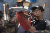 Karyawan mengukur rangka (frameset) sepeda lipat Kreuz di Bandung, Jawa Barat, Senin (29/6/2020). Sepeda lipat Kreuz dengan model yang terinspirasi merk sepeda Brompton ini merupakan karya dari sejumlah pemuda Bandung, Workshop UMKM sepeda lipat Kreuz tersebut mampu memproduksi frameset sebanyak 10-15 buah per bulannya dengan harga jual Rp 3,5 juta dan antrean pemesanan frameset sepeda lipat hingga Mei 2022. ANTARA JABAR/M Agung Rajasa/agr