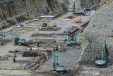 Aktivitas pembangunan Bendungan Leuwikeris di Kabupaten Ciamis, Jawa Barat, Senin (29/6/2020). Pembangunan Bendungan Leuwikeris yang berbatasan dengan Kabupaten Ciamis itu nantinya akan menampung 81,44 juta meter kubik air sebagai sumber irigasi lahan seluas 11.950 hektare serta dijadikan Pembangkit Listrik Tenaga Air (PLTA), obyek wisata dan juga konservasi air tanah dan pembangunan tersebut sudah mencapai 54 persen dengan target rampung pada 2021 mendatang. ANTARA JABAR/Adeng Bustomi/agr