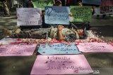 Sejumlah orang tua murid melakukan aksi teatrikal saat unjuk rasa di Balai Kota Bandung, Jawa Barat, Selasa (30/6/2020). Unjuk rasa tersebut sebagai bentuk protes tidak transparansinya Penerimaan Peserta Didik Baru (PPDB) secara daring Provinsi Jawa Barat dan Kota Bandung terkait zonasi, jalur afirmasi kartu pendamping yang masih simpang siur sehingga dinilai menyusahkan orang tua dan calon siswa. ANTARA JABAR/Novrian Arbi/agr