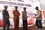 Wali Kota Madiun Maidi (kedua kiri) menyaksikan Kapolres Madiun Kota AKBP Bobby Aria Prakasa (kanan) menyerahkan secara simbolis bantuan bedah rumah kepada warga saat bakti sosial dalam rangka Hari Ulang Tahun (HUT) ke-74 Bhayangkara di Kota Madiun, Jawa Timur, Senin (29/6/2020). Dalam kegiatan bedah rumah warga tersebut Polres Madiun Kota bekerja sama dengan PT INKA (Persero). Antara Jatim/Siswowidodo/zk