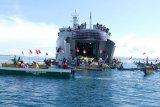 KRI Teluk Lada-521 distribusikan sembako