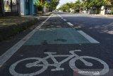 Kendaraan sepeda motor berada di jalur khusus sepeda di Jalan Jendral Sudirman, Kabupaten Ciamis, Jawa Barat , Selasa (30/6/2020). Kementerian Perhubungan menyatakan akan menyiapkan regulasi untuk mendukung keselamatan para pesepeda dan infrastruktur jalan bagi sepeda. ANTARA FOTO/Yulius Satria Wijaya/hp.ANTARA JABAR/Adeng Bustomi/agr