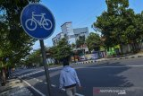 Warga berolahraga lari di jalur khusus sepeda di Jendral Sudirman, Kabupaten Ciamis, Jawa Barat , Selasa (30/6/2020). Kementerian Perhubungan menyatakan akan menyiapkan regulasi untuk mendukung keselamatan para pesepeda dan infrastruktur jalan bagi sepeda. ANTARA FOTO/Yulius Satria Wijaya/hp.ANTARA JABAR/Adeng Bustomi/agr