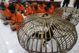 Sejumlah tersangka mengikuti rilis ungkap kasus bulanan di Polresta Kediri, Jawa Timur, Selasa (30/6/2020). Sejumlah kasus pidana berhasil diungkap kepolisian daerah setempat sepanjang bulan Juni dengan kasus yang menonjol berupa judi sabung ayam di tiga lokasi yang berbeda. Antara Jatim/Prasetia Fauzani/zk.