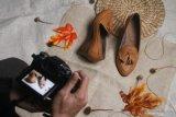 Pekerja memotret produk sepatu kulit kualitas ekspor sebelum dipasarkan melalui pasar daring atau marketplace di rumah produksi Shoeka Shoes di Malang, Jawa Timur, Selasa (30/6/2020). Pengusaha sepatu kulit ekspor setempat mengaku mengandalkan pemasaran digital serta berinovasi membuat produk baru yang murah dan disukai konsumen untuk mengatasi anjloknya permintaan dari seribu pasang menjadi enam ratus pasang per bulan atau menurun 40 persen akibat pandemi COVID-19. Antara Jatim/Ari Bowo Sucipto/zk.