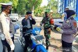 Satlantas Polresta Mataram bagikan masker dan