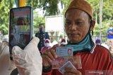 Pencairan bansos tunai di Serang