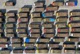 UPAYA PEMENUHAN PRODUKSI GULA NASIONAL. Foto udara sejumlah truk pengangkut tebu mengantri saat giling tebu perdana di Pabrik Gula PT. Rejoso Manis Indo (RMI) di Blitar, Jawa Timur, Selasa (9/6/2020). Dalam giling tebu perdana di 2020 tersebut, Pabrik gula PT.RMI menargetkan mampu memproduksi gula sekitar 900ribu ton dengan hasil produksi harian sebesar 7.500 TCD (tones of cane per day) yang diharapkan mampu mendongkrak produksi gula nasional yang di prediksi oleh Asosiasi Gula Indonesia (AGI) hanya mencapai 2,0 hingga 2,1 juta ton akibat musim kemarau panjang di 2019. Antara Jatim/Irfan Anshori/zk