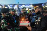 Danrem 174/ATW naik panser Anoa antar kue ulang tahun untuk Kapolres