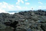 Asyik berswafoto di tebing, seorang pelajar SMA hilang di laut setelah diterjang ombak