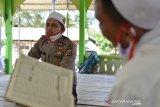 Personil Polda Aceh mengajar para santri mengaji dan bahasa Arab di Dayah Al Hislah Al Aziziyah, Desa Lueng Bata Batoh, Kecamatan Loeng Bata, kabupaten Aceh Besar, Aceh, Rabu (1/7/2020). Aktivitas belajar dan mengajar bersama santri yang bertepatan pada HUT ke-74 Bhayangkara Polri itu merupakan program Polri Saweu Dayah atau Polri Turun Ke Dayah di Aceh yang sudah berlangsung sejak tahun 2014 dalam peningkatan ilmu agama bagi personil Polri dan termasuk mengajarkan santri tentang pemahaman wawasan kebangsaan dan bahaya narkoba. Antara Aceh/Ampelsa.