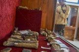 Pengunjung mengamati fragmen fosil di Museum Fosil Tambaksari, Kabupaten Ciamis, Jawa Barat, Rabu (1/7/2020). Museum tersebut menyimpan sejumlah peninggalan zaman purbakala, yakni berupa fosil hewan, manusia purba dan tumbuhan yang umurnya diperkirakan sudah ribuan tahun yang lalu. ANTARA JABAR/Adeng Bustomi/agr