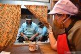 MEMASUKI ERA NORMAL BARU RESTORAN SURABAYA. Karyawan menyiapkan makanan pesanan pelanggannya di salah satu restoran di Plaza Marina, Surabaya, Jawa Timur, Selasa (16/6/2020). Sejumlah restoran dan rumah makan di Surabaya mulai membuka layanan makan di tempat dengan protokol kesehatan ketat setelah penerapan Pembatasan Sosial Berskala Besar (PSBB) di wilayah itu memasuki masa transisi  menuju era normal baru. Antara Jatim/Zabur Karuru/zk