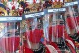 PENARI GANDRUNG TERAPKAN PROTOKOL KESEHATAN. Penari gandrung menggunakan  APD di Banyuwangi, Jawa Timur, Kamis (18/6/2020). Pertunjukan seni tari gandrung mulai menerapkan protokol kesehatan COVID-19 guna beradaptasi dengan tatanan normal baru. Antara Jatim/Budi Candra Setya/zk