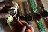 PRODUKSI ARLOJI KAYU MELAMBAT. Perajin membuat arloji dari kayu untuk di ekspor ke Australia di Bandungrejosari, Malang, Jawa Timur, Kamis (18/6/2020). Perajin arloji kayu setempat mengaku selama pandemi COVID-19 produksinya melambat hingga 70 persen akibat menurunnya permintaan serta terkendala bahan baku berupa mesin arloji yang didatangkan dari China. Antara Jatim/Ari Bowo Sucipto/zk