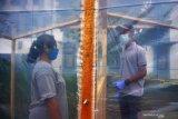 SHELTER TOMBO KANGEN PASIEN COVID-19. Pembezuk memanfaatkan shelter tombo kangen untuk berinteraksi dengan ibuya yang menjadi penghuni mess karantina COVID-19 di Rusunawa IAIN Tulungagung, Tulungagung, Jawa Timur, Jumat (5/6/2020). Shelter tombo kangen berbentuk bilik sederhana dengan dinding transparan itu disediakan untuk mencegah penularan saat pembezuk ingin berkomunikasi dekat dengan penderita COVID-19 berstatus OTG (orang tanpa gejala) maupun PDP (Pasien Dalam Pengawasan) di Rusunawa IAIN Tulungagung. Antara Jatim/Destyan Sujarwoko/zk