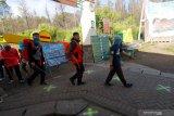 Pendaki melintasi loket pada simulasi pembukaan Taman Wisata Alam (TWA) Ijen, Banyuwangi, Jawa Timur, Selasa (30/6/2020). Pembukaan TWA Ijen selama dua hari untuk simulasi pembukaan sesuai protokol kesehatan standar COVID-19 itu, sebagai persiapan pengelola dan pengunjung dalam menghadapi era normal baru. Antara Jatim/Budi Candra Setya/zk.