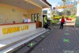 Penerapan batas antrean pengunjung di depan loket  Taman Wisata Alam (TWA) Ijen, Banyuwangi, Jawa Timur, Selasa (30/6/2020). Pembukaan TWA Ijen selama dua hari untuk simulasi pembukaan sesuai protokol kesehatan standar COVID-19 itu, sebagai persiapan pengelola dan pengunjung dalam menghadapi era normal baru. Antara Jatim/Budi Candra Setya/zk.