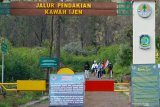 Pendaki turun dari Gunung Ijen di Taman Wisata Alam (TWA) Ijen, Banyuwangi, Jawa Timur, Selasa (30/6/2020). Pembukaan TWA Ijen selama dua hari untuk simulasi pembukaan sesuai protokol kesehatan standar COVID-19 itu, sebagai persiapan pengelola dan pengunjung dalam menghadapi era normal baru. Antara Jatim/Budi Candra Setya/zk.