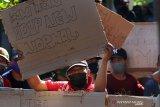 TUNTUT PEMBERLAKUAN NORMAL BARU. Warga melakukan unjuk rasa menuntut pemberlakuan normal baru di depan portal yang terkunci di Desa Kedak, Kediri, Jawa Timur, Senin (8/6/2020). Warga berharap penutupan lingkungan pasca ditemukannya 23 orang positif COVID-19 di kawasan tersebut segera diakhiri dengan cara membuka portal dan memberlakukan era normal baru tanpa harus mewajibkan masyarakat mengikuti rapid test. Antara Jatim/Prasetia Fauzani/zk
