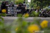 AKSI PARADE MENGGUGAT DI BANDUNG. Massa yang tergabung dalam  Aliansi Rakyat Menggugat melakukan aksi unjuk rasa di Taman Vanda, Bandung, Jawa Barat, Kamis (2/7/2020). Aksi sebagai bentuk aspirasi dan tuntutan kepada Pemerintah agar kembali membuka pembahasan RUU PKS, Tolak Omnibus Law, Cabut RUU Minerba, serta pendidikan gratis selama masih ada pandemi COVID-19. ANTARA JABAR/Novrian Arbi/agr