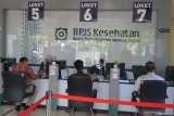 Petugas melayani warga saat pengurusan administrasi pembayaran iuran kesehatan di BPJS Kesehatan, Banda Aceh, Aceh, Kamis (2/7/2020). BPJS Kesehatan menyatakan telah menuntaskan pembayaran klaim rumah sakit per 1 Juli tahun 2020 sebesar Rp3,70 triliun seiring awal Juli BPJS Kesehatan tersebut telah menerima iuran peserta penerima iuran bantuan (PIB) APBN dari pemerintah sebesar Rp4,05 triliun. Antara Aceh/Ampelsa.
