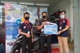 Ferdi Palit Pelanggan asal Tomohon dapat Sepeda Motor dari Alfamidi