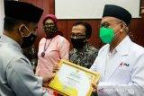 PMI Belitung terima penghargaan relawan COVID-19 dari Bupati