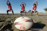 Atlet nasional cabang olahraga (cabor) Rugby Indonesia Ramdan (kanan), Eki (tengah) dan Febri (kiri) mengikuti latihan di pesisir pantai Syiah Kuala, Banda Aceh, Aceh, Kamis (2/7/2020). Lima atlet nasional cabor Rugby yang berdomisili di Aceh tetap mengikuti latihan untuk persiapan PON dan Sea Games 2021 di Vietnam. Antara Aceh/Irwansyah Putra.