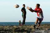 Atlet nasional cabang olahraga (cabor) Rugby Indonesia Eki berupaya menangkap bola saat mengikuti latihan di pesisir pantai Syiah Kuala, Banda Aceh, Aceh, Kamis (2/7/2020). Lima atlet nasional cabor Rugby yang berdomisili di Aceh tetap mengikuti latihan untuk persiapan PON dan Sea Games 2021 di Vietnam. Antara Foto/Irwansyah Putra.