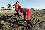 Atlet nasional cabang olahraga (cabor) Rugby Indonesia Sartinah membawa bola saat mengikuti latihan di pesisir pantai Syiah Kuala, Banda Aceh, Aceh, Kamis (2/7/2020). Lima atlet nasional cabor Rugby yang berdomisili di Aceh tetap mengikuti latihan untuk persiapan PON dan Sea Games 2021 di Vietnam. Antara Aceh/Irwansyah Putra.