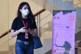 Karyawan swasta Agnes Jennifer berjalan seusai menjalani pemeriksaan di Kantor KPK, Jakarta, Kamis (2/7/2020). Agnes Jennifer diperiksa sebagai saksi dalam penyidikan kasus suap dan gratifikasi terkait perkara di Mahkamah Agung (MA) pada tahun 2011-2016 untuk tersangka mantan Sekretaris MA Nurhadi. ANTARA FOTO/Sigid Kurniawan/foc.