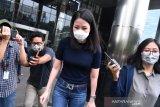 Karyawan swasta Agnes Jennifer (kedua kanan) meninggalkan Kantor KPK usai diperiksa di Jakarta, Kamis (2/7/2020). Agnes Jennifer diperiksa sebagai saksi dalam penyidikan kasus suap dan gratifikasi terkait perkara di Mahkamah Agung (MA) pada tahun 2011-2016 untuk tersangka mantan Sekretaris MA Nurhadi. ANTARA FOTO/Sigid Kurniawan/foc.
