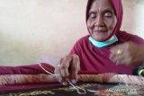 Perajin lansia Pariaman tetap produktif di masa normal baru