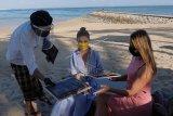 Pekerja menggunakan alat pelindung diri saat melayani wisatawan di Hotel Puri Santrian, Sanur, Denpasar, Bali, Kamis (2/7/2020). Pemerintah Provinsi Bali berencana mewajibkan sertifikasi protokol kesehatan COVID-19 pada tatanan normal baru bagi usaha pariwisata dan objek wisata di Pulau Dewata yang akan mulai diverifikasi 3 Juli 2020. ANTARA FOTO/Nyoman Hendra Wibowo/nym.