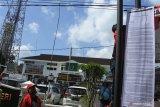 Warga yang tergabung dalam Gerakan Reformasi Jember (GRJ) melakukan aksi demo dengan memasang poster di Kejaksaan Negeri Jember, Jawa Timur, Kamis (2/7/2020). Dalam aksinya GRJ melakukan penandatanganan surat desakan pencopotan Kepala Kejaksaan Negeri Jember, Kasi Pidsus dan Kasi Intel karena terindikasi melakukan tumpang tindih kewenangan dengan mengurusi ranah eksekutif dan legislatif. Antara Jatim/Seno/zk