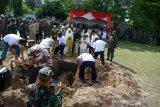 Tatapan terakhir Pelda Anumerta Rama Wahyudi saat dimakamkan