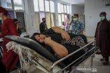 Penderita obesitas Heni Jubaedah (47) menunggu untuk memasuki ruang tindakan di RSUD Kabupaten Sumedang, Jawa Barat, Jumat (3/7/2020). Heni Jubaedah yang saat ini memiliki berat badan 145,4 kilogram dengan tinggi badan 145 cm mendapat bantuan dari Pemerintah Kabupaten Sumedang untuk menjalani program diet karena keterbatasan biaya. ANTARA JABAR/Raisan Al Farisi/agr