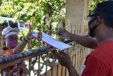 Petugas Pemutakhiran Data Pemilih (PPDP) menggunakan alat pelindung diri melakukan simulasi kegiatan pencocokan dan penelitian (Coklit) data pemilih Pilkada serentak 2020 ke rumah warga di Denpasar, Bali, Jumat (3/7/2020). KPU Denpasar menyelenggarakan simulasi tersebut sebagai persiapan tahapan pencocokan dan penelitian data pemilih untuk Pilkada Kota Denpasar 2020 dengan menerapkan protokol kesehatan secara ketat untuk mencegah penyebaran COVID-19. ANTARA FOTO/Fikri Yusuf/nym.