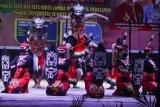 Kelompok tari Sanggar Bukit Kahiyas menampilkan tarian Mamparahan Kamenteng saat mengikuti lomba musik etnik pedalaman Dayak Kalteng di Taman Budaya, Palangkaraya, Kalimantan Tengah, Selasa (30/6/2020) malam. Lomba yang diikuti oleh sejumlah mahasiswa di kota tersebut sebagai upaya seniman daerah setempat untuk melestarikan budaya Dayak Kalteng serta membangkitkan semangat seniman saat pandemi COVID-19. ANTARA FOTO/Makna Zaezar/aww.
