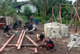 Warga Natabui Kepulauan Yapen bantu kegiatan TMMD