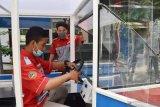 Siswa SMK Model PGRI 1 Mejayan menyiapkan pengoperasian Mobil Listrik (Moblis) Usaha Mikro, Kecil dan Menengah (UMKM) hasil buatannya di Mejayan, Kabupaten Madiun, Jawa Timur, Jumat (3/7/2020). Sejumlah siswa di sekolah tersebut berhasil membuat mobil listrik yang dirancang untuk mendukung pelaku UMKM memasarkan produknya dan akan dipasarkan dengan harga Rp20 juta per unit. Antara Jatim/Siswowidodo/zk