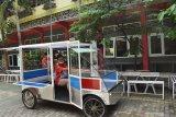 Siswa SMK Model PGRI 1 Mejayan mengoperasikan Mobil Listrik (Moblis) Usaha Mikro, Kecil dan Menengah (UMKM) hasil buatannya di Mejayan, Kabupaten Madiun, Jawa Timur, Jumat (3/7/2020). Sejumlah siswa di sekolah tersebut berhasil membuat mobil listrik dengan nama Moblis UMKM SMK Model yang dirancang untuk mendukung pelaku UMKM memasarkan produknya dan akan dipasarkan dengan harga Rp20 juta per unit. Antara Jatim/Siswowidodo/zk