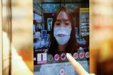 Belanja kosmetik tanpa takut COVID-19 dengan cermin AR canggih