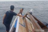 Di Buton, kapal pemandu wisata mati mesin akibat dihantam ombak